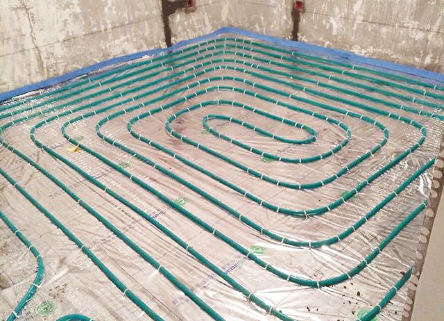 温控器 水箱供应商,施工安装整体解决方案,咨询4001628568。  为了避免地暖安装不合理,房间太热或不热,一般地暖安装前要有科学、合理的设计布局。根据单位面积布局以及房间保温效果,设计出合理的排管走向以及管路间距,向房间提供合适的散热量。结合南京地区冬季环境温度情况,一般地暖开启后室内温度设置到18-20°颇为舒适,地暖铺设管间距一般在15-18cm左右合理。  在地暖设计时很多业主都认地暖盘管越密越好,越密的话房间越暖和,实际上地暖盘管的间距的设计是根据多方面因素按照相关数据用公式计算得出